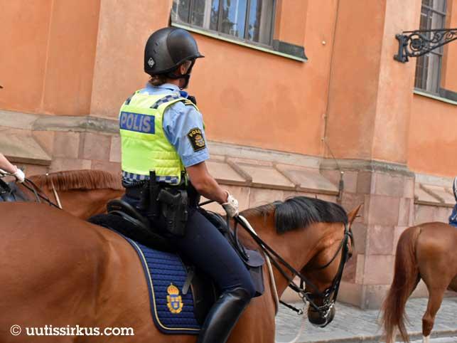 Polis med sin häst i Gamla Stan i Stockholm