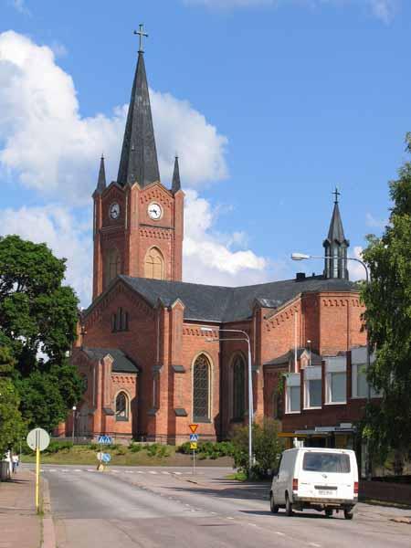Riemuitseva kirkkokansa täytti Loviisan kirkkoon johtavat tiet, vaikka herranhuone ei ollutkaan avoinna arkena kello viisi.