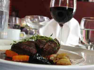 lautasella pihviä, lasissa viiniä
