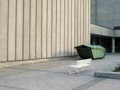 roskalaatikko, levähdyspenkki ja betoniseinä