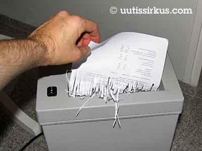 paperi on silppuuntumaisillaan paperisilppurissa