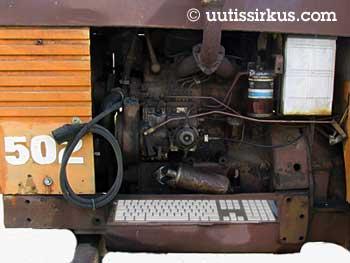 traktorin moottori, jossa on näppäimistö
