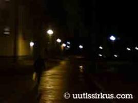 Helsingin Koskelantiellä kävellyt mies herätti paljon vähemmän huomiota sen jälkeen kun hän oli saanut ylleen oman mustan takkinsa.