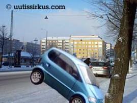 Mopoauto ja puu ottavat toisistaan mittaa