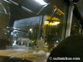 Eduskuntatalo kylpee talvi-illan kohdevalaistuksessa