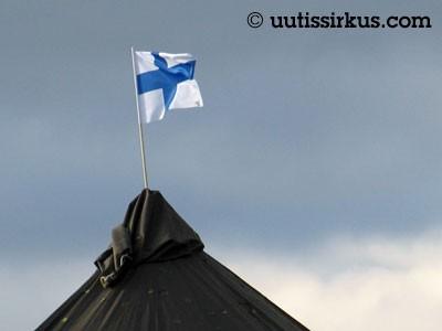 puolijoukkueteltan katolla liehuu Suomen lippu