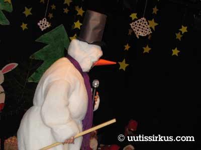 lumiukko esiintyy koulun juhlassa