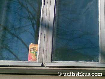 ikkunan takana on mehupurkki