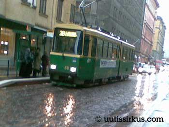 raitiovaunu pysäkillä sateessa