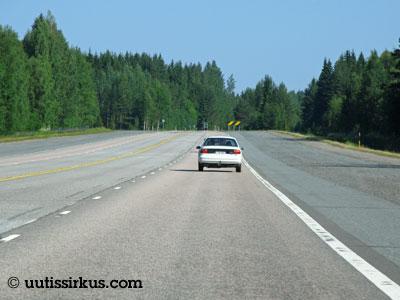 leveä tie ja yksi henkilöauto