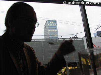 mies ruokailee Tallinnassa