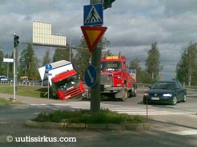 kuorma-auto ojassa