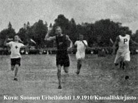 pikajuoksijat saapuvat maaliin Tampereen Pyrinnön kisoissa vuonna 1910