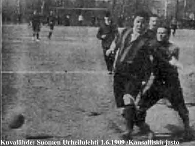 miehet pelaavat jalkapalloa