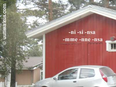 autatallirakennuksen seinässä possessiivisuffikseja on kirjoitettuna