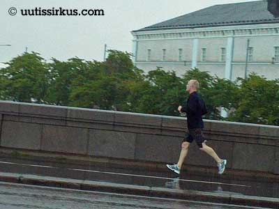 mies juoksee sillalla