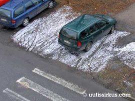 auto pysäköitynä jalkakäytävälle suojatien suuntaisesti