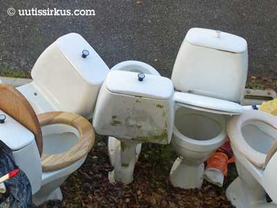 WC-pönttöjä rivissä pihamaalla