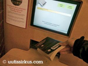 palautusautomaattiin on kirja ihmisen kädestä sujahtamaisillaan