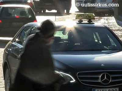 Autoilija antaa tietä jalankulkijoille suojatiellä