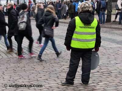 ihmiset rientävät kadun yli