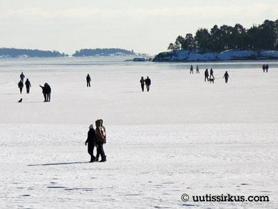 ihmiset kulkevat meren jäällä suuntaan jos toiseen