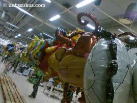 vappupallorivistöä marketin käytävällä