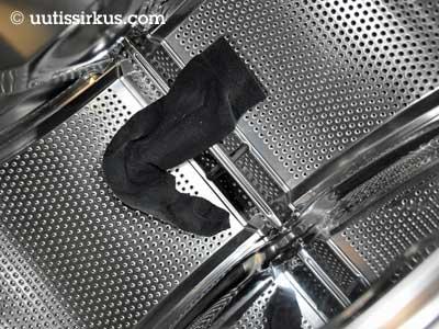 yksinäinenmusta sukka pyykinpesukoneen rumussa