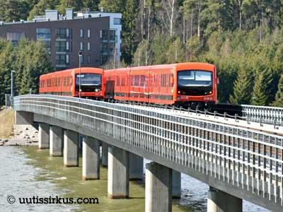 kaksi metrojunaa kohtaa Vuosaaren metrosillalla, joka ylittää Vartiokylänlahden