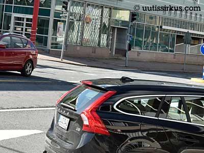 musta Volvo on kääntymässä oikealle, nokka katoaa jo kuvasta