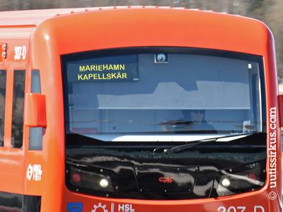 oranssi helsinkiläinen metrojuna, jonka nokassa teksti Mariehamn, Kapellskär