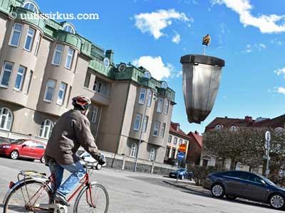 minikopteri kuljettaa suurta rahasäkkiä Helsingin Eiran taivaalla