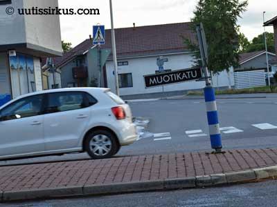 yksinäinen auto ajaa Salon Muotikadulla