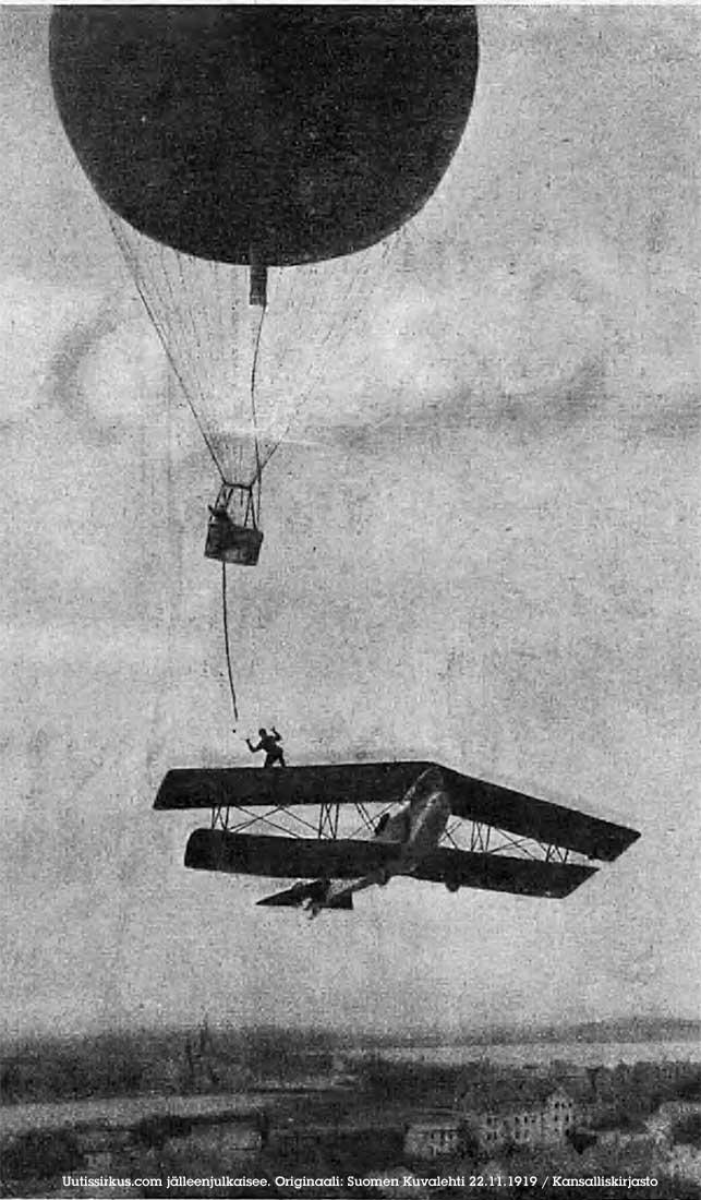 Harry Hill kurottelee lentokoneen siiveltä kohti kuumailmapalloa vuoden 1919 toimintaelokuvassa