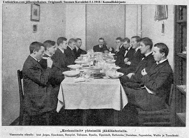 11 miestä lounaspöydän ääressä