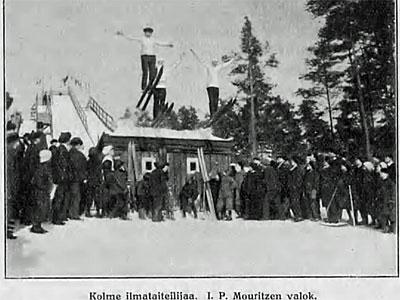 Kolme ilmataiteilijaa mäkihypyssä Viipurin Papulanmäessä, kuva I.P.Mouritzen, v. 1914, Suomen matkailulehti 1.4.1914 / Kansalliskirjasto