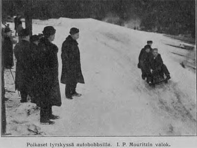 Poikaset tyrskyssä autobobbsilla, kuva I.P.Mouritzen, v. 1914, Suomen matkailulehti 1.4.1914 / Kansalliskirjasto