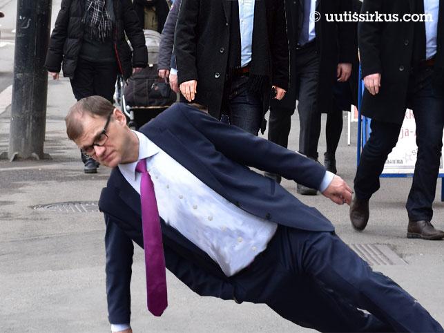 pääministeri Juha Sipilä seisoo kadulla vinossa noin 45 asteen kulmassa
