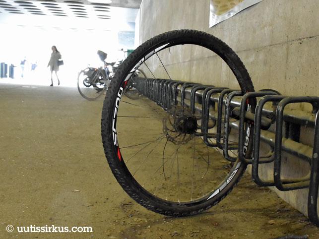polkupyörän etukiekko pyörätelineessä