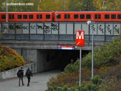 metrojuna Kulosaaren metroasemalla