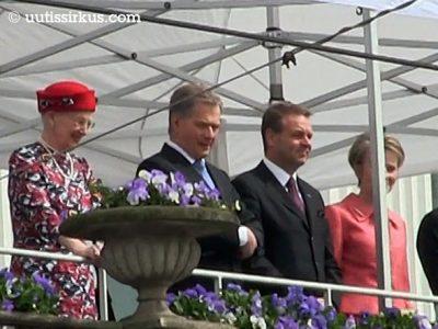 presidentti Sauli Niinistö Helsingin kaupungintalon parvekkeellaSauli