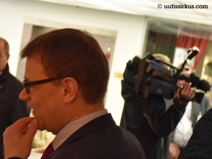 pääministeri Sipilä hieroo leukaansa vasemmalla, mutta tv-kameran rintamasuunta on oikealle