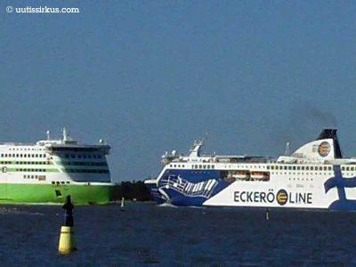 kaksi Tallinan-laivaa kohtaa merellä, takana metsäinen saari
