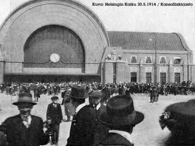Viipurin asematalon kello näyttää 11.25 ja ihmiset parveilevat rakennuksen edessä. Kuva Helsingin Kaiku, 30.05.1914