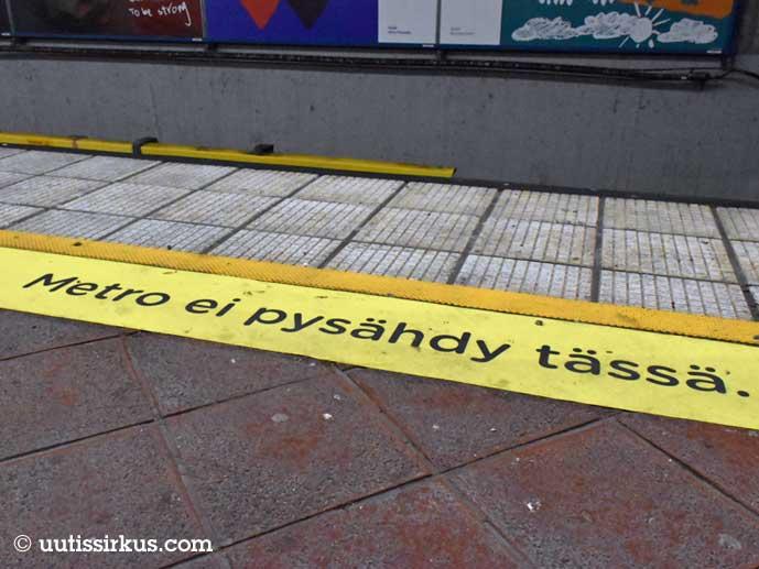 Metro ei pysähdy tässä -teksti itähelsinkiläisellä metroasemalla