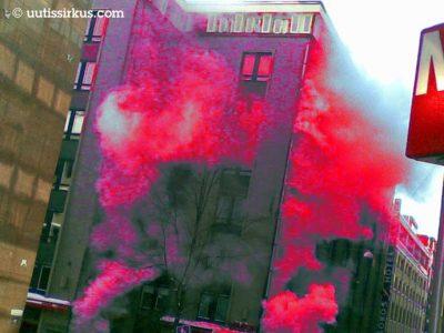 kerrostalosta tulee punaista höyryä