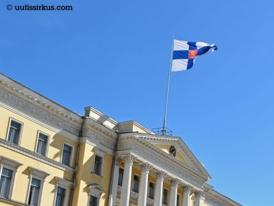 Lippu liehuu valtioneuvoston linnan katolla