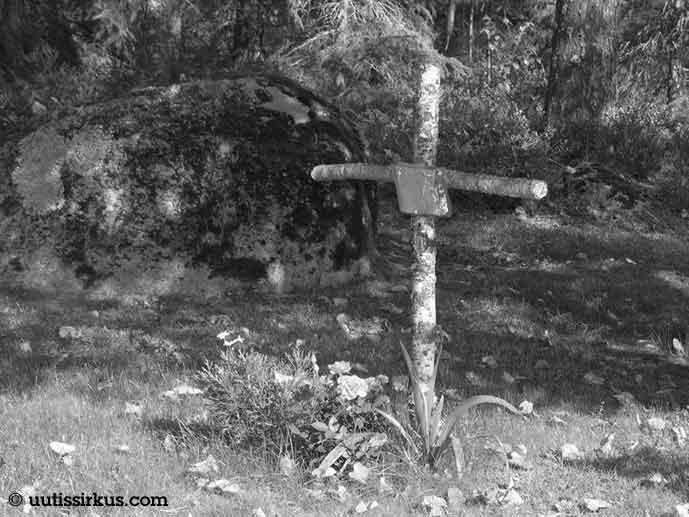 mustavalkoisessa kuvassa haudalla koivun rungosta tehty yksinkertainen risti