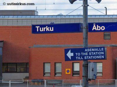asemalle-kyltti Turun rautatieasemalla. Kyltin yläpuolella laituriopaste Turku, Åbo