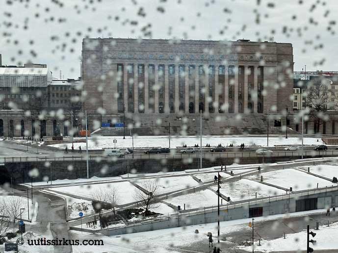 Eduskuntatalo räntäsäässä kirjastotalo Oodista nähtynä